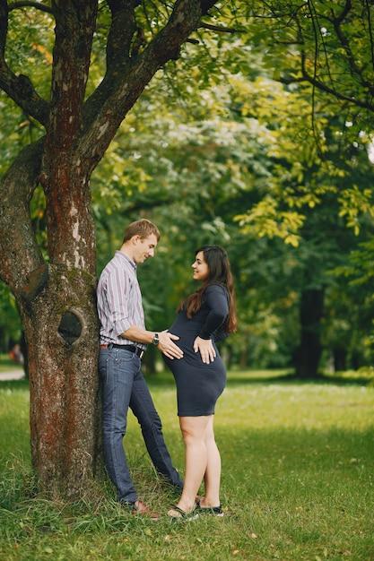 Семья в парке Бесплатные Фотографии