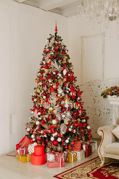 その下に多くのプレゼントと美しく飾られたクリスマスツリー Premium写真