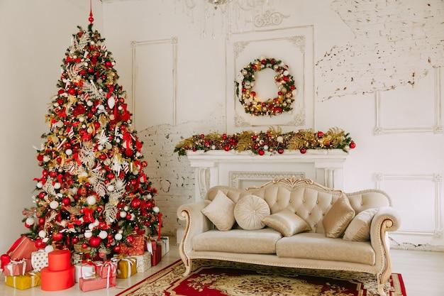リビングルームの下にプレゼントとクリスマスツリー Premium写真