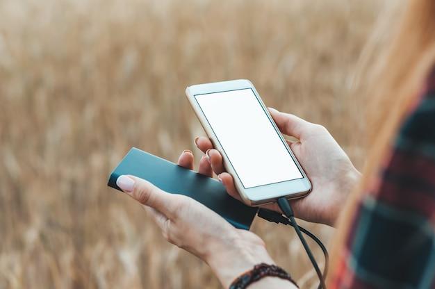 電話と女の子の手で銀行 Premium写真