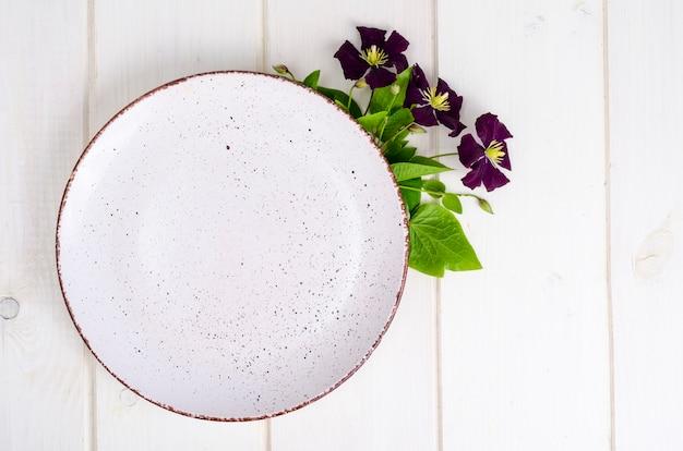 紫色の花とプレート、メニューのために模擬。 Premium写真