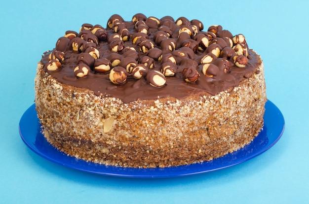 ヘーゼルナッツとチョコレートの自家製ケーキ。 Premium写真