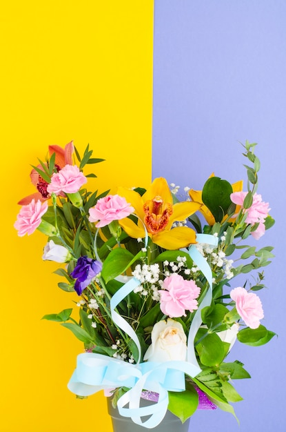 明るい背景に花の花束。 Premium写真