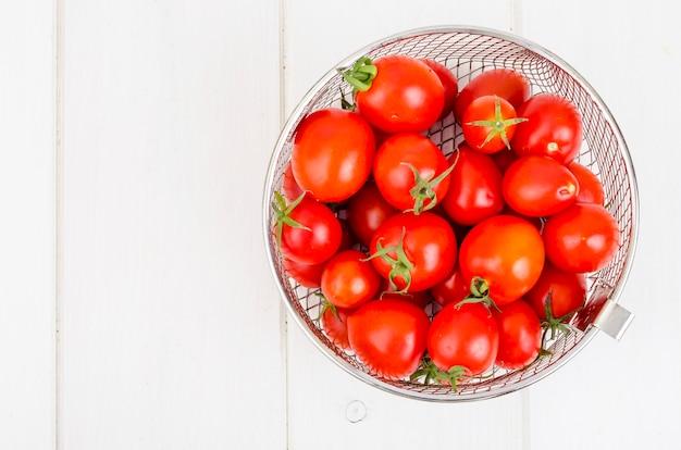 木製のテーブルに赤い完熟チェリートマト。 Premium写真