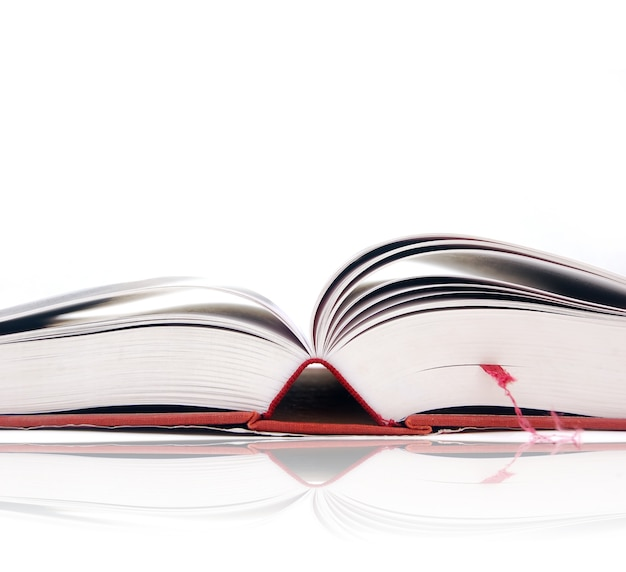 ブックマークと開いた本のクローズアップ 無料写真