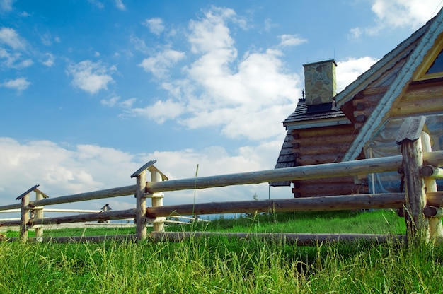 背後にある家と木製フェンス 無料写真