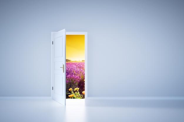 開いたドアから光が輝いています。エントランス Premium写真