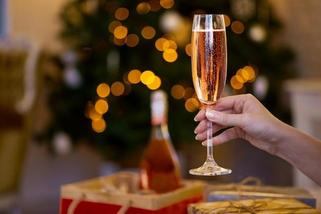 シャンパンのグラスを持っている人 Premium写真