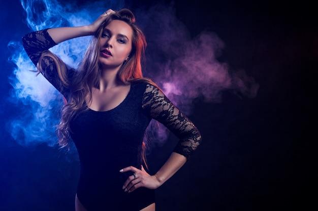 黒髪の若い女性がポーズ Premium写真