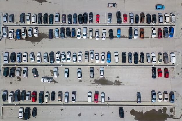 Воздушное взгляд сверху места для стоянки с много автомобилей сверху, транспорта и городской концепции. вертолет дрон выстрелил. Premium Фотографии