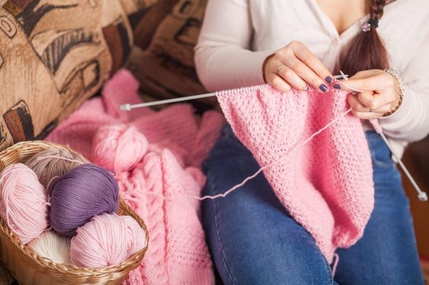 女性はウールの服を編む Premium写真