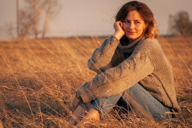 自然の中で女性のポーズ Premium写真