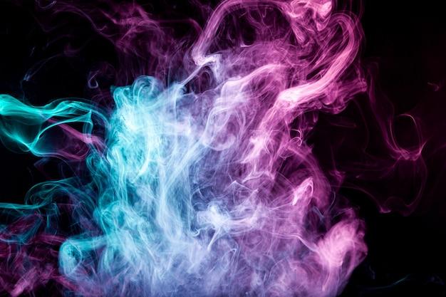 暗い背景に明るいピンクの煙の色の霧 Premium写真