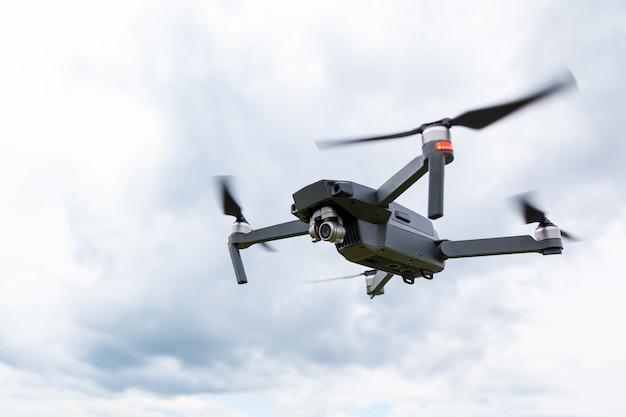 カメラでドローンヘリコプターのクローズアップ Premium写真