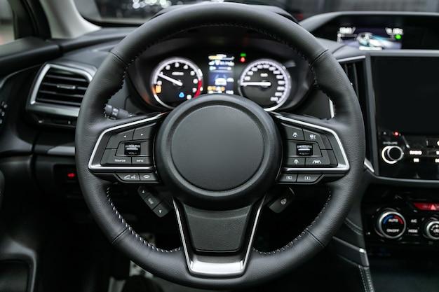 Крупный план приборной панели, спидометра, тахометра и рулевого колеса. , современный интерьер автомобиля Premium Фотографии