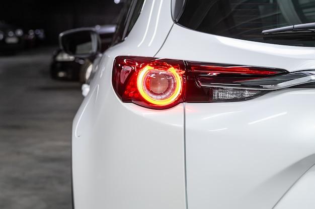 新しいハロゲンホワイトクロスオーバー車のクローズアップテールライト。現代の車の外観 Premium写真