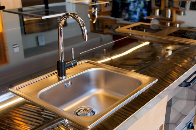 Красивая металическая раковина в современной кухне Premium Фотографии