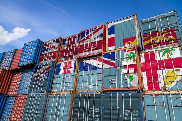 列に積み上げられた商品を保管するための多数の金属容器に関するフィジーの国旗 Premium写真