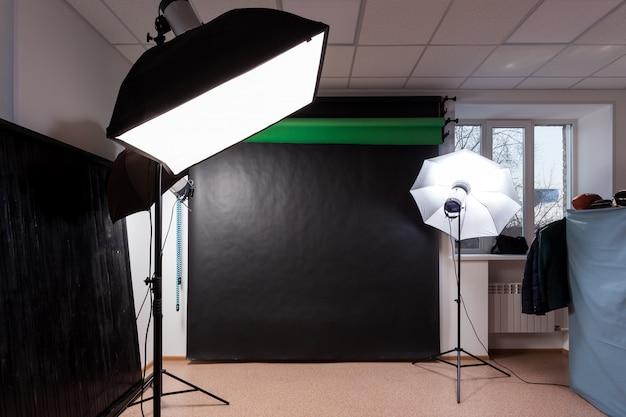 Фотостудия со студийным оборудованием: черный, зеленый хроматический ключ для фотографии, студийные вспышки, дефлекторы, октобоксы Premium Фотографии