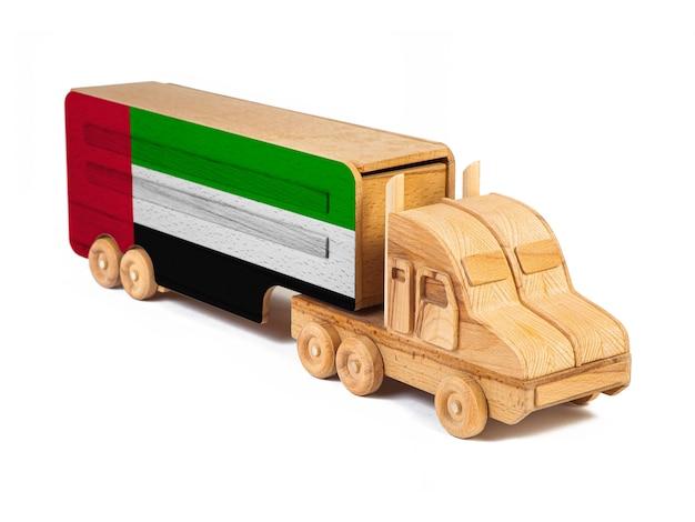 塗られた国旗アラブ首長国連邦と木のおもちゃのトラックのクローズアップ。 Premium写真