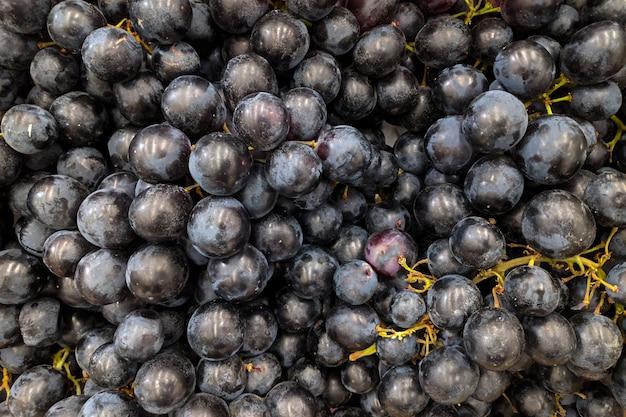 Виноград крупным планом. сорт свежего винограда, выращенный в магазине. Premium Фотографии