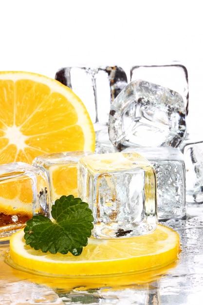 レモンスライスとアイスキューブ Premium写真