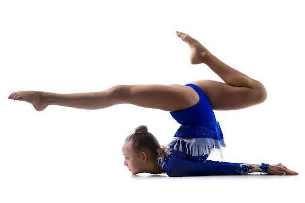 体操をする柔軟な女の子 無料写真