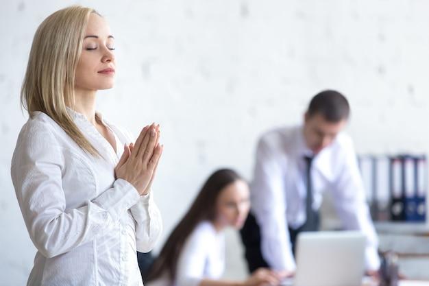職場で瞑想する企業の女性 無料写真