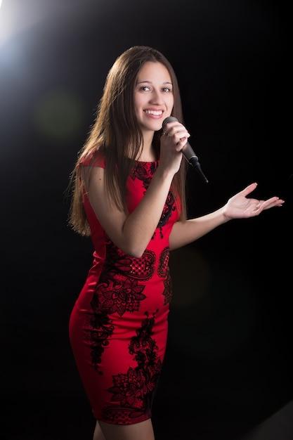 Молодая женщина-спикер в красном платье Бесплатные Фотографии