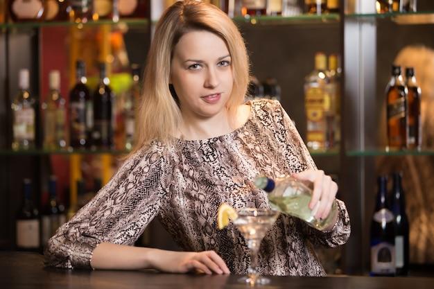 Блондинка девушка бармен на работе Бесплатные Фотографии