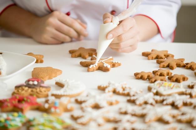 星を飾る女性のお菓子の手のクローズアップ 無料写真