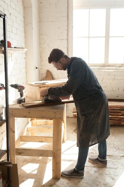 熟練労働取引を選択したミレニアル人 無料写真