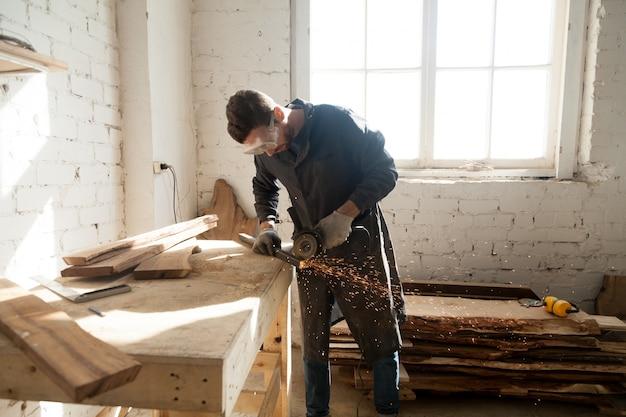 Человек, начинающий собственный малый бизнес в домашней мастерской Бесплатные Фотографии