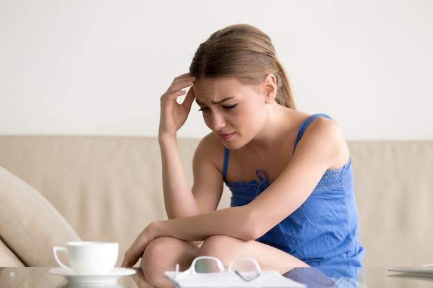 Женщина чувствует себя расстроенной из-за долгового письма Бесплатные Фотографии