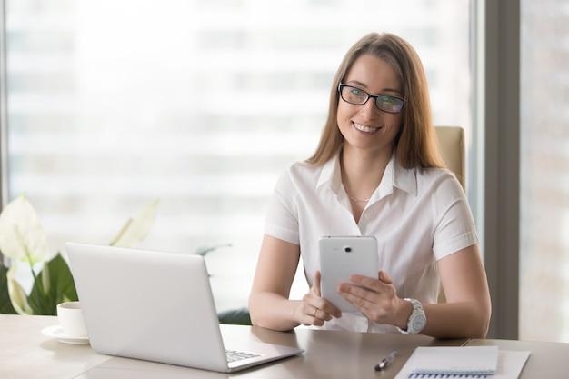 デジタルタブレットを使用してオフィスで女性起業家 無料写真