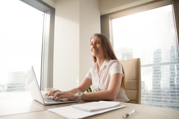 Молодая женщина-предприниматель чувствует себя счастливой на рабочем месте Бесплатные Фотографии