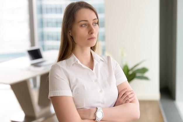 解決策を考える若い女性起業家 無料写真