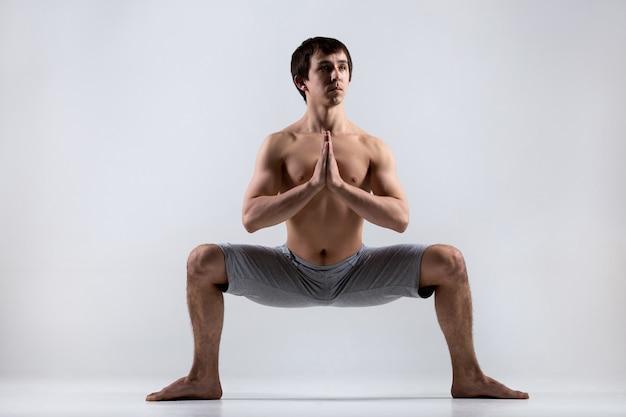 オープン足と折り畳まれた手を持つ男 無料写真