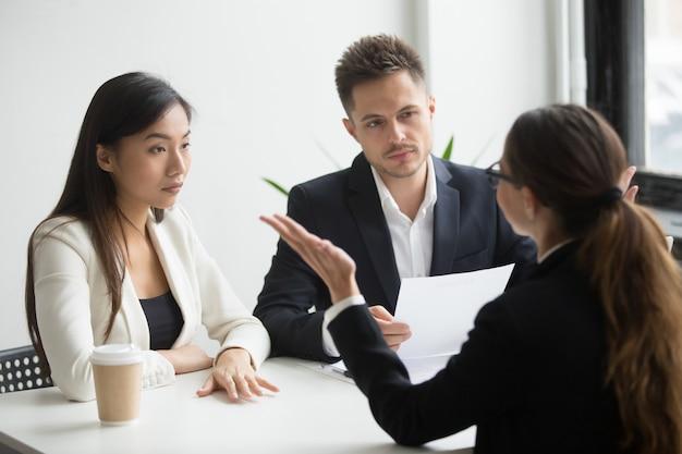 懐疑的な多様な人材管理者が女性応募者にインタビュー、悪い第一印象 無料写真