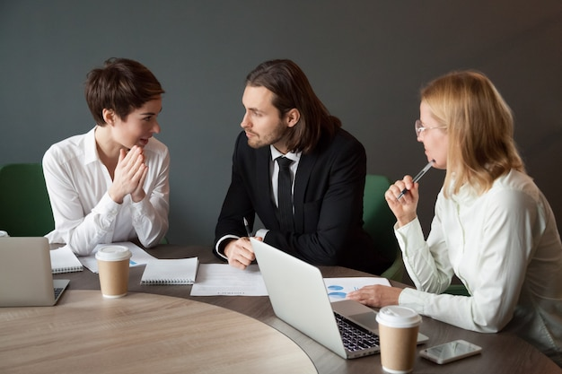 会議室での会議中にプロジェクトについて交渉するビジネスパートナ 無料写真