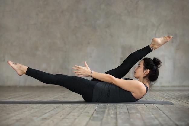 代替脚ストレッチ運動をしている若い女性 無料写真