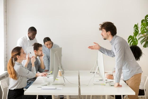 Улыбается женщина, объясняя корпоративные документы для нового найма в офисе Бесплатные Фотографии