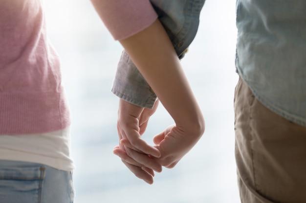 男と女が手を繋いでいます。愛情のあるカップルの手を合わせて、閉じる 無料写真