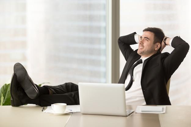 会社の取締役が職場でリラックス 無料写真