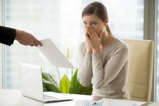 若い女性に解雇通知を出す雇用者 無料写真
