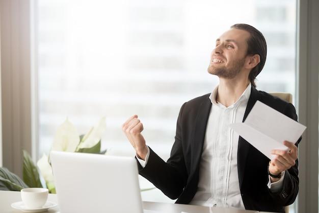 仕事の成果に興奮している起業家 無料写真