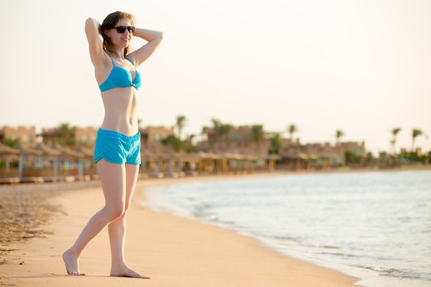 ビーチでビキニの女性 無料写真