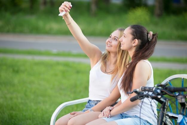 公園のベンチに座って女の子 無料写真