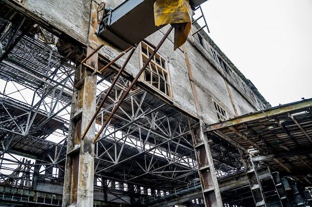 古い破壊された廃工場。非常にひどく汚染された産業工場の遺跡 Premium写真