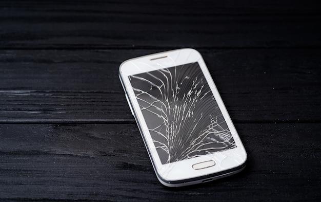 壊れた画面を持つスマートフォン Premium写真
